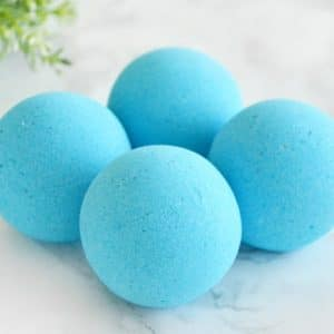 Blå badebombe med kystlinjeduft