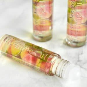 Grønn og rosa parfyme med duft av ferskensommer