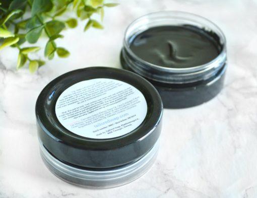Sort ansiktsmaske med naturlig aktivt kull og lavendel duft