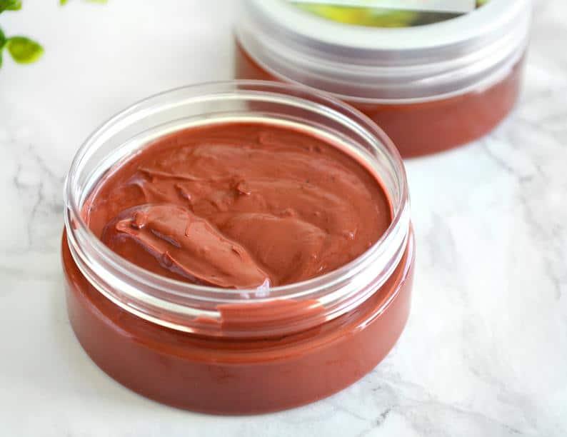 Naturlig ansiktsmaske av rød leire med palmarosaduft