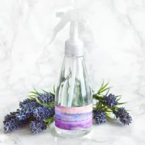 Lilla romspray med eterisk olje av lavendel