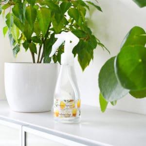Gul romspray med eterisk olje som dufter sitron