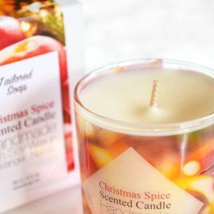 Rødt duftlys med duft av julekrydder