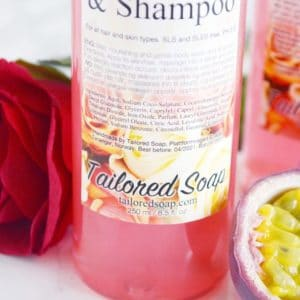 Rosa dusjsåpe og shampo med duft av pasjonsfrukt og rose