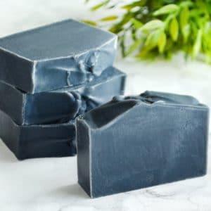 Svart naturlig såpe laget med aktivt kull
