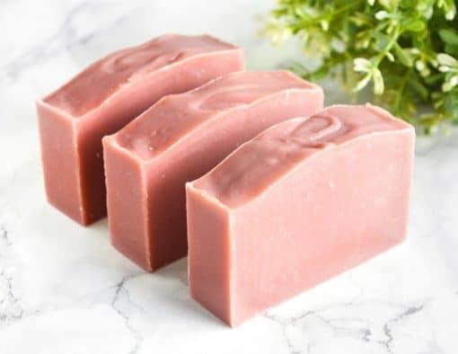 Rosa naturlig såpe laget med rød leire
