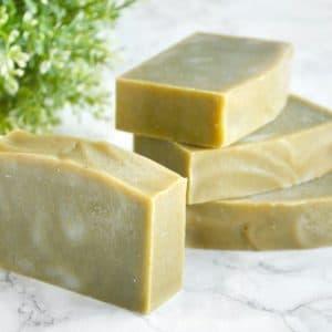 Grønn naturlig såpe laget med spirulina