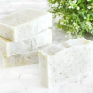 Hvit naturlig såpe laget med havre