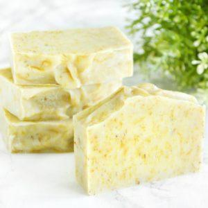 Gul naturlig såpe laget med ringblomst