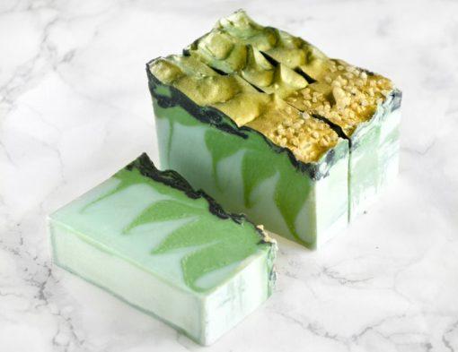 Grønn og gull dragesåpe med duft av tobakk og laurbærblad