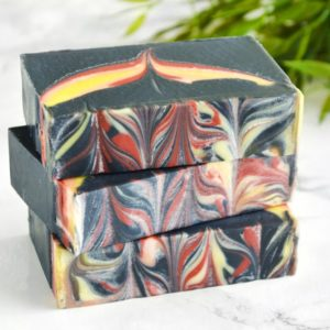 Svart, gul og rød føniks såpe med duft av sort te
