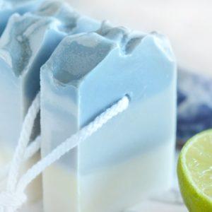 Blå kaldprosess såpe med hav og lime duft